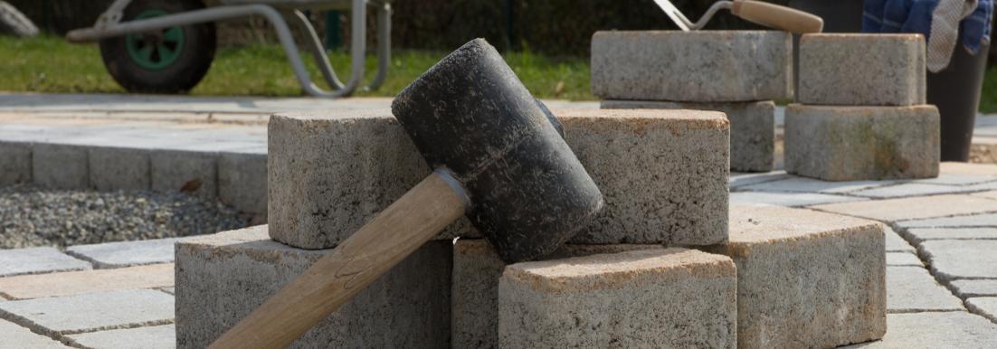 Bestrating aanbrengen met rubber hamer